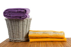 Canestro di vimini in pieno degli asciugamani colorati puliti Fotografia Stock