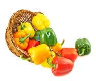 Canestro di vimini in pieno dei peperoni dolci Immagini Stock Libere da Diritti