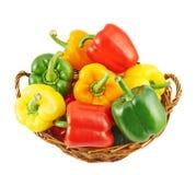 Canestro di vimini in pieno dei peperoni dolci Immagine Stock Libera da Diritti