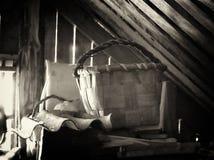 Canestro di vimini in soffitta Fotografie Stock