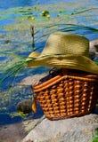 Canestro di vimini, wobbler e cappello contro fotografie stock
