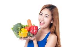 Canestro felice della tenuta della giovane donna delle verdure fotografie stock