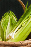 Canestro a lamella tessuto annata della verdura organica e verde Fotografia Stock