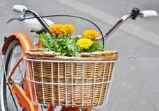Canestro in pieno dei fiori su una bicicletta Immagini Stock Libere da Diritti