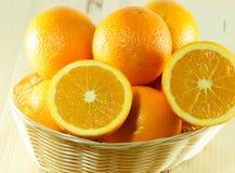 Canestro in pieno delle arance Fotografia Stock