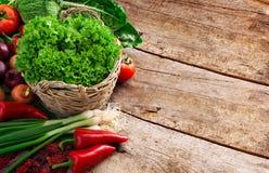 Canestro pieno delle verdure mature Immagini Stock