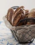 Canestro in pieno di pane Fotografie Stock