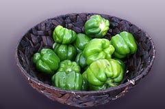 Canestro porpora dei peperoni dolci verdi Immagini Stock Libere da Diritti