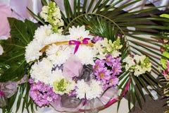 Canestro romantico con i fiori variopinti dei crisantemi della molla Fotografia Stock Libera da Diritti