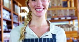 Canestro sorridente della tenuta del personale femminile di pane al contatore del pane stock footage