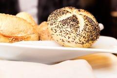 Canestro in un ristorante, di recente alimento al forno del pane fotografia stock