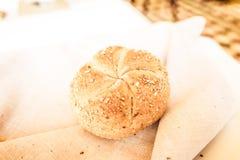 Canestro in un ristorante, di recente alimento al forno del pane immagine stock