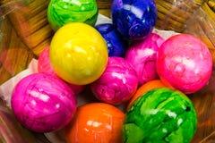 Canestro variopinto dell'uovo di Pasqua dipinto stagione festiva Celebrati dell'alimento Fotografie Stock Libere da Diritti