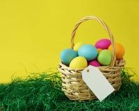 Canestro variopinto delle uova di Pasqua con Copyspace Fotografia Stock