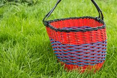 Canestro vuoto di vimini per i prodotti su erba immagini stock libere da diritti