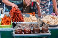 Canetons sur des boules de farine de brochettes et de poissons Image stock