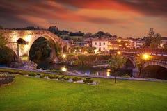 Cangas de Onis罗马桥梁在阿斯图里亚斯西班牙 库存照片