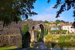 Cangas de Onis罗马桥梁在阿斯图里亚斯西班牙 免版税图库摄影