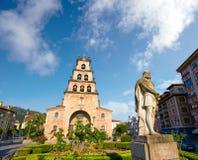 Cangas de Onis kyrka i Asturias Spanien royaltyfri fotografi