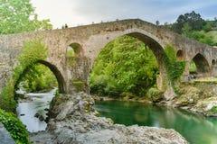 Cangas De Onis Przerzucający most, Asturias zdjęcia royalty free