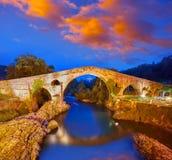 Cangas de Onis roman bro i Asturias Spanien royaltyfri fotografi
