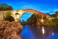 Cangas de Onis roman bro i Asturias Spanien arkivbilder