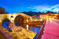 Cangas de Onis roman bro i Asturias Spanien arkivfoto