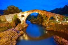 Cangas De Onis rzymski most w Asturias Hiszpania zdjęcia stock