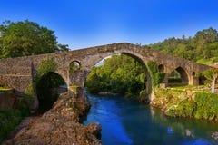 Cangas De Onis rzymski most w Asturias Hiszpania zdjęcie stock