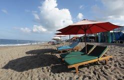 Canggu, Indon?sia - 27 de maio de 2019: Praia do surfista e lojas locais do cliente de espera alugado da placa de ressaca que vem imagens de stock royalty free
