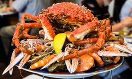 cangrejo atlántico en la placa de los mariscos en restaurante local imagen de archivo