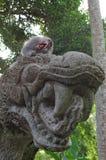 Cangrejo-consumición del macaque en la estatua del dragón Fotografía de archivo