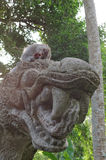 Cangrejo-consumición del macaque en la estatua del dragón Imágenes de archivo libres de regalías