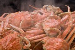 Cangrejo de rey rojo cocido al vapor para la comida en la tabla en restaurante fotos de archivo libres de regalías