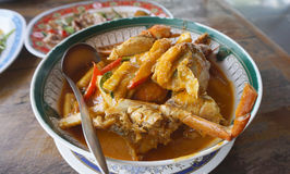 Cangrejo fresco con curry rojo tailandés del huevo con el brote de bambú Imagen de archivo