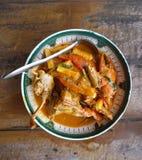 Cangrejo fresco con curry rojo tailandés del huevo con el brote de bambú Fotografía de archivo libre de regalías