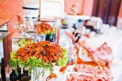 Cangrejos rojos frescos en la tabla de la recepción nupcial del abastecimiento Foto de archivo
