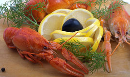 Cangrejos y limón aislados. Fotos de archivo