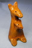 Canguro del giocattolo dell'argilla con un bambino in una borsa Immagini Stock
