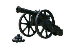 Canhão antigo do ferro de molde nas rodas imagens de stock