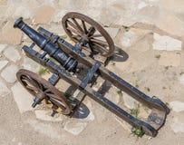 Canhão antigo nas rodas Foto de Stock