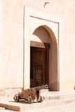 Canhão antigo no forte de Nizwa, Omã fotos de stock royalty free