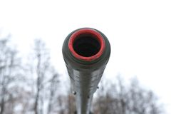 Canhão da artilharia do focinho contra o céu Fotos de Stock