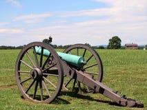 Canhão da guerra civil com casa e moument Fotografia de Stock Royalty Free