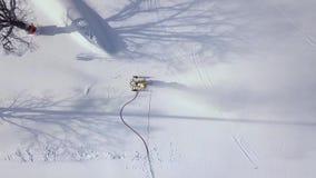 Canhão da neve na ação na montanha na opinião aérea da estância de esqui Canhão da neve da opinião do zangão que trabalha na mont filme