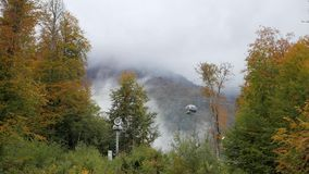 Canhão da neve na inclinação e nos teleféricos de montanha video estoque