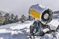 Canhão da neve na neve na montanha fotos de stock