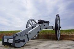 Canhão de madeira medieval velho na roda indicada e em apontar Imagem de Stock Royalty Free