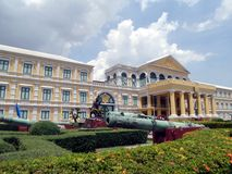 Canhão do cerco na frente do ministério de defesa, Banguecoque, Tailândia Foto de Stock