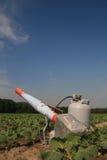 Canhão do propano em um campo com colheitas novas imagem de stock royalty free
